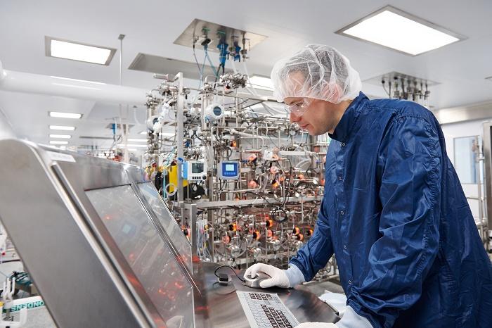 "Photo d'un salarié de ""l'usine digitale"" de Sanofi à Framingham (Crédit: Sanofi)"